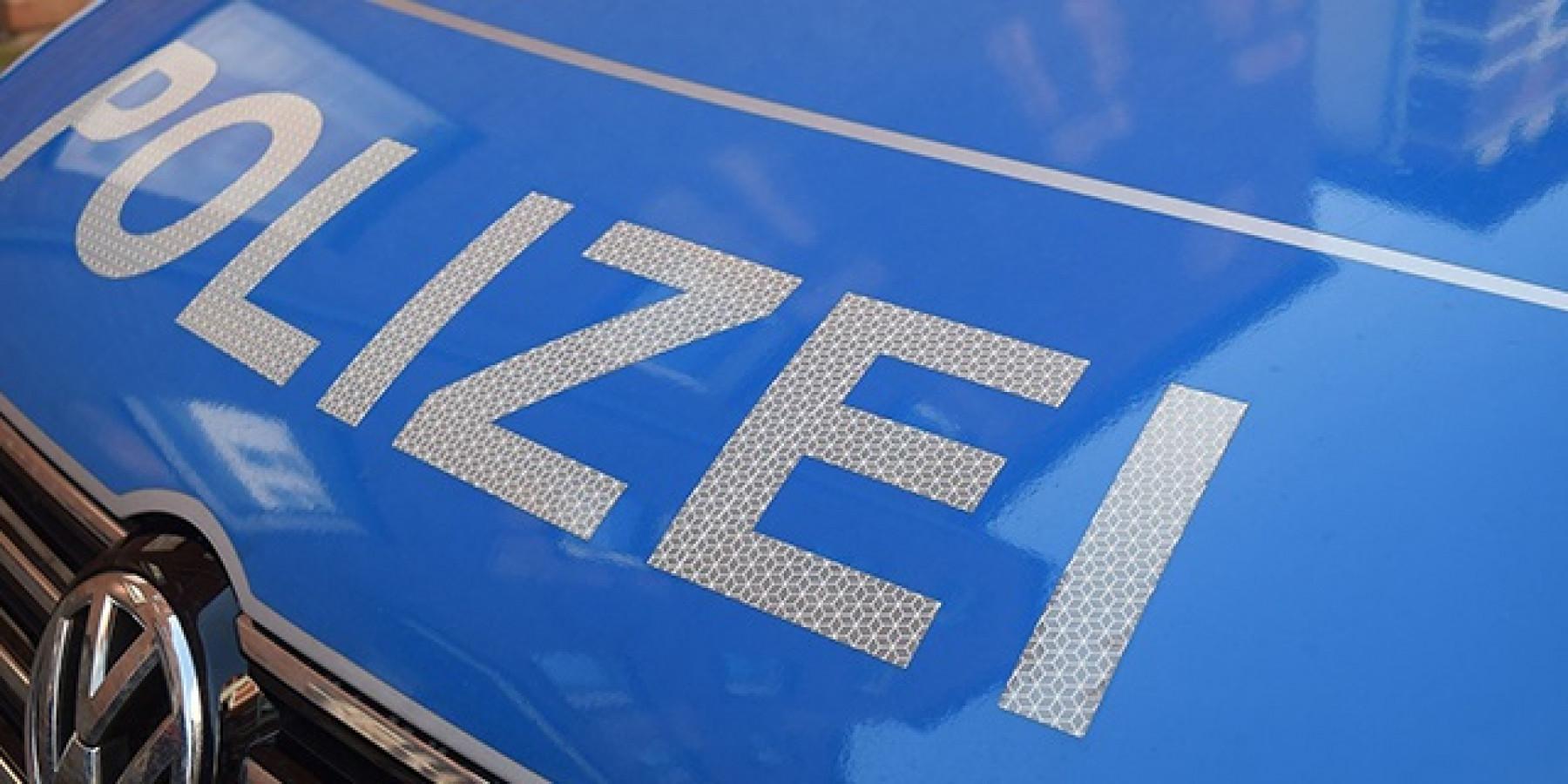 Autofahrer verliert Kontrolle und rammt parkenden Wagen – 30.000 Euro Sachschaden
