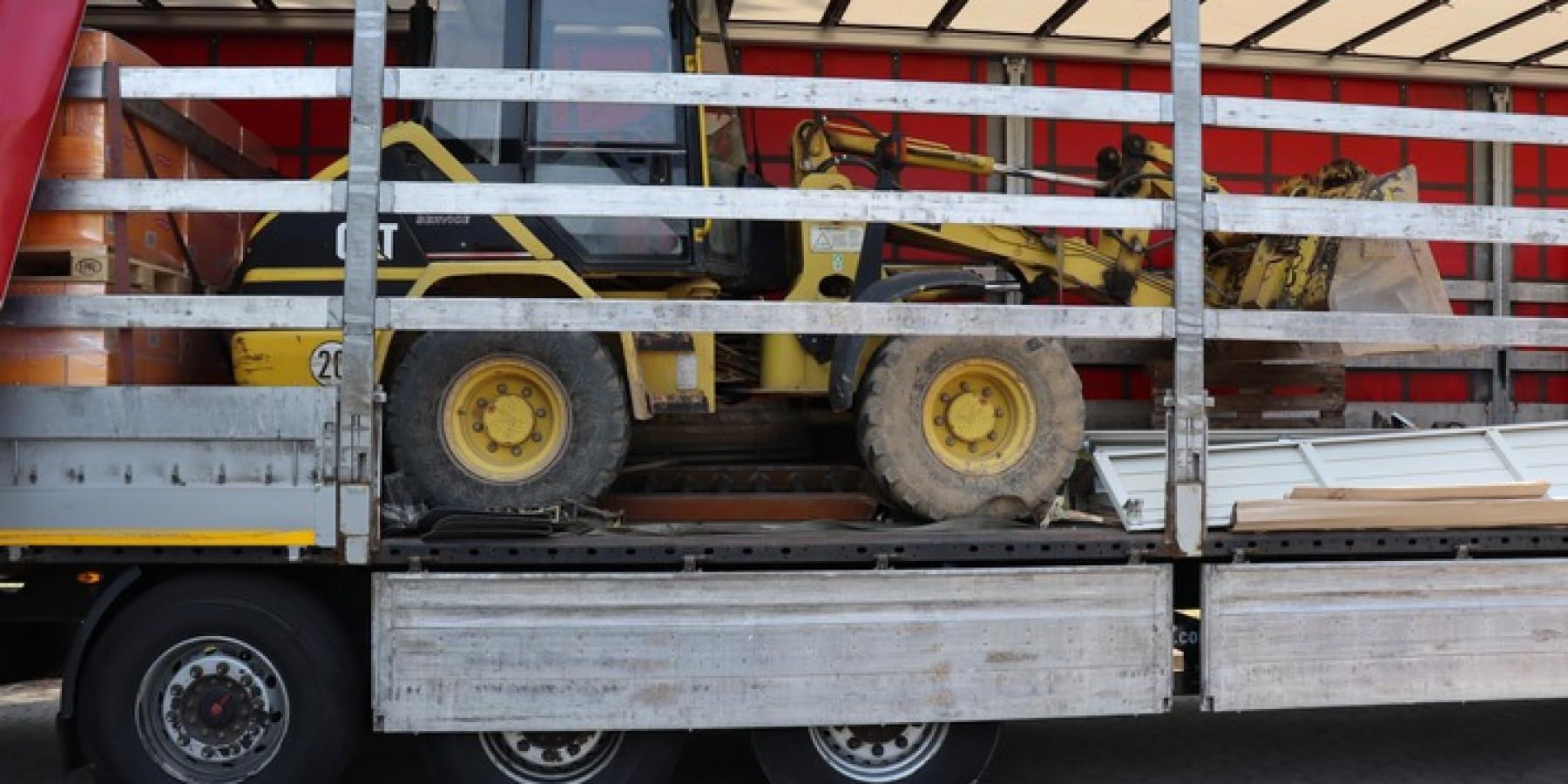 Polizisten stoppen Sattelzug mit gestohlenem Radlader