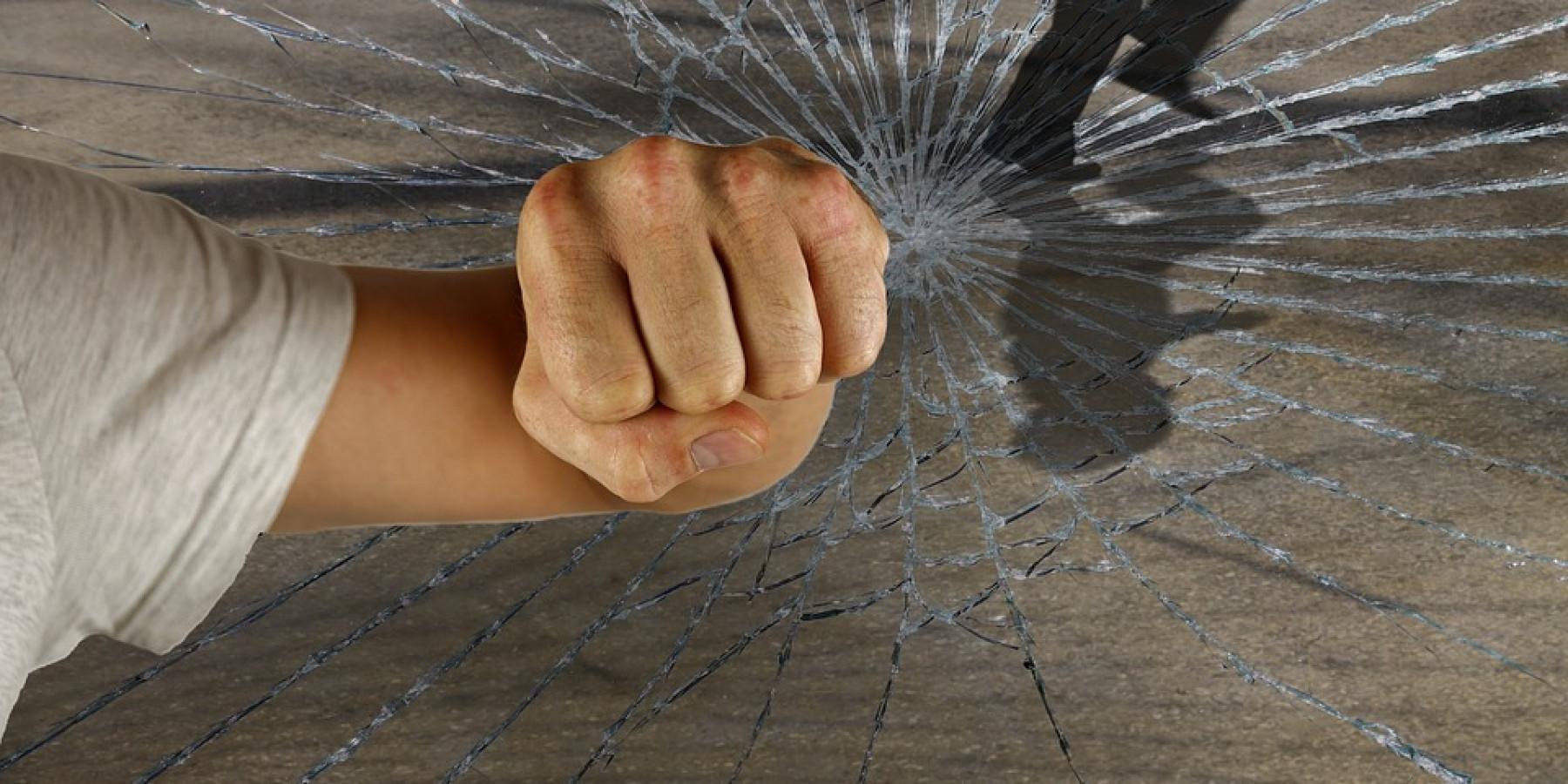 Einbrecher greifen durch auf Kipp stehende Terrassentür
