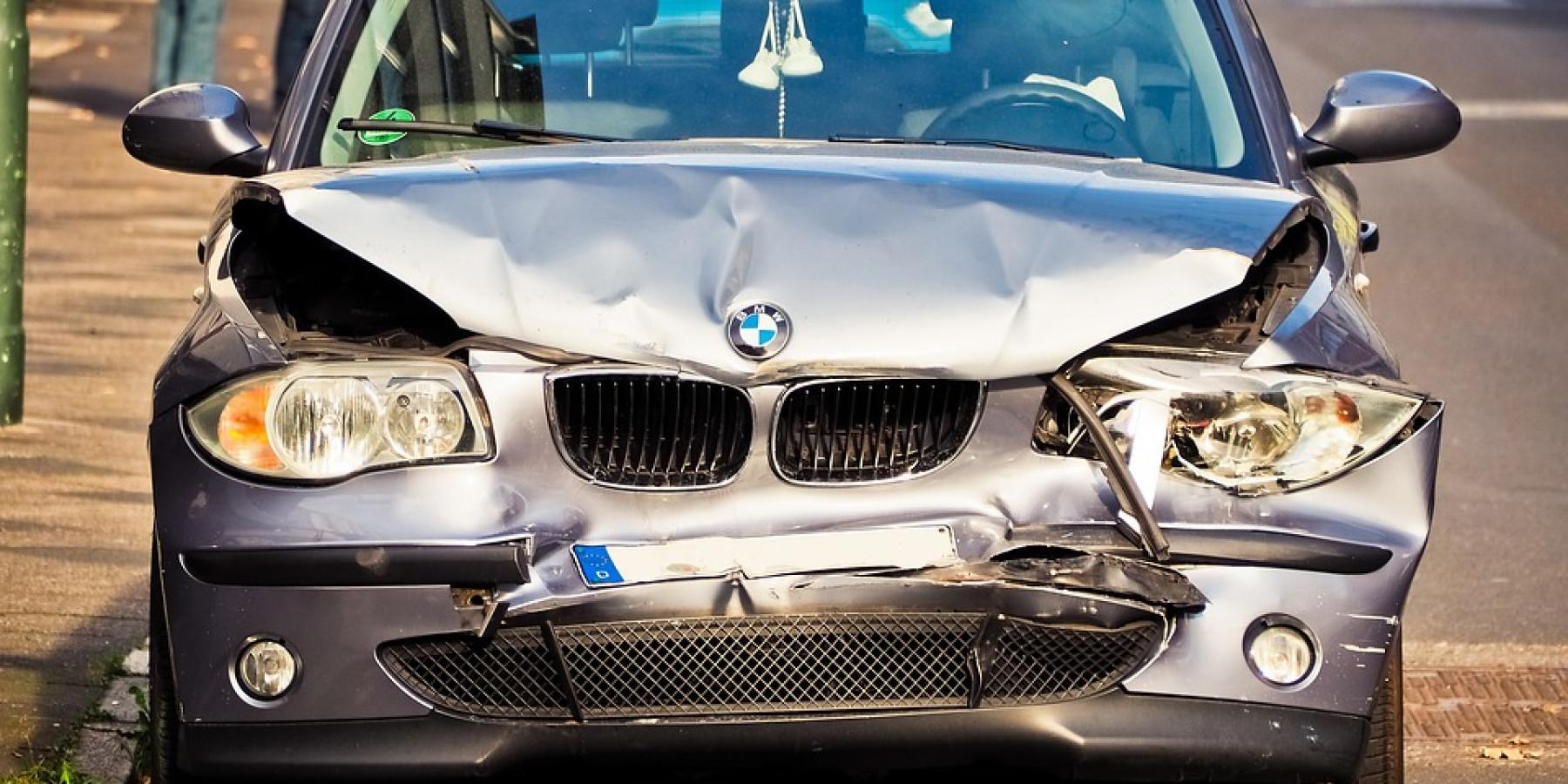 Flüchtig nach Verkehrsunfall mit hohem Sachschaden