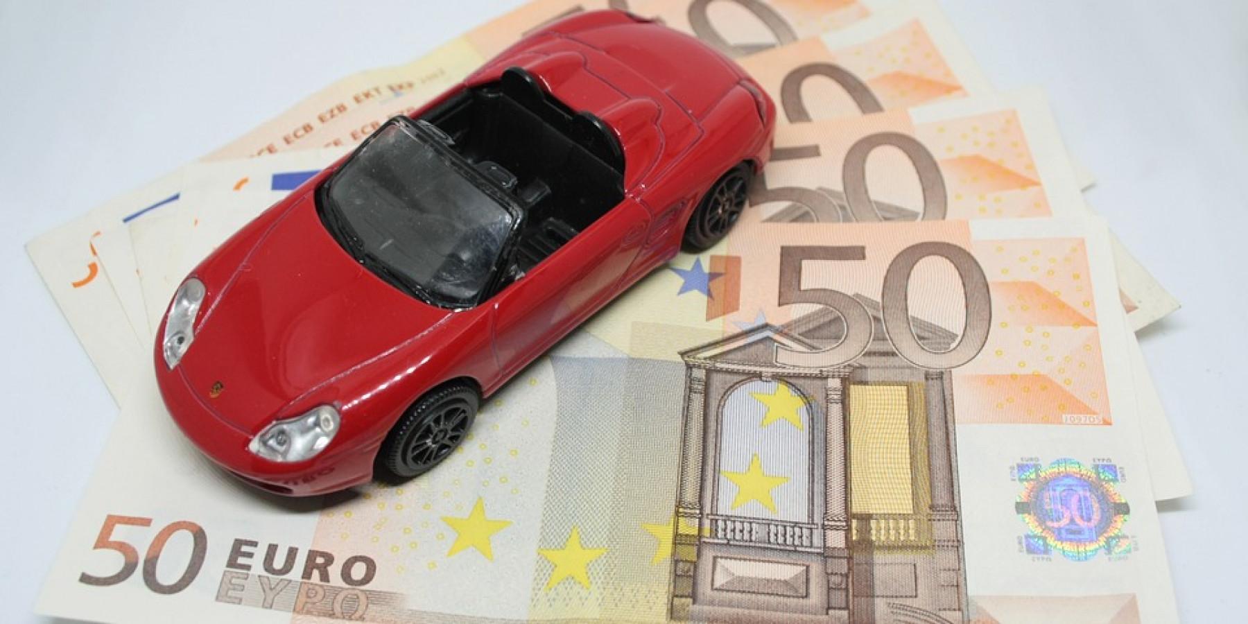 Geldbörse aus Auto gestohlen – Täter greifen durch offenes Fenster