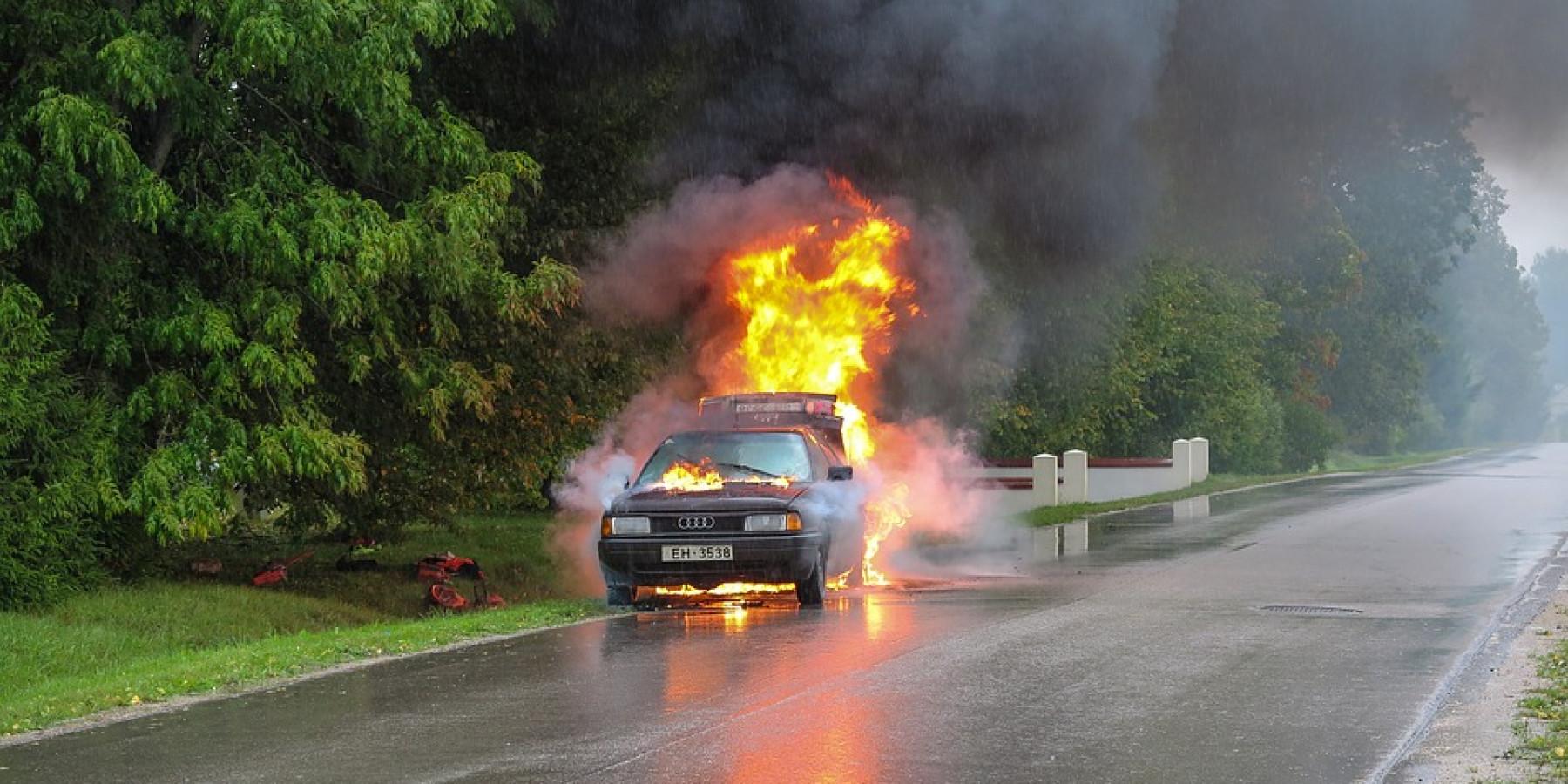 Pkw gerät nach Verkehrsunfall in Brand