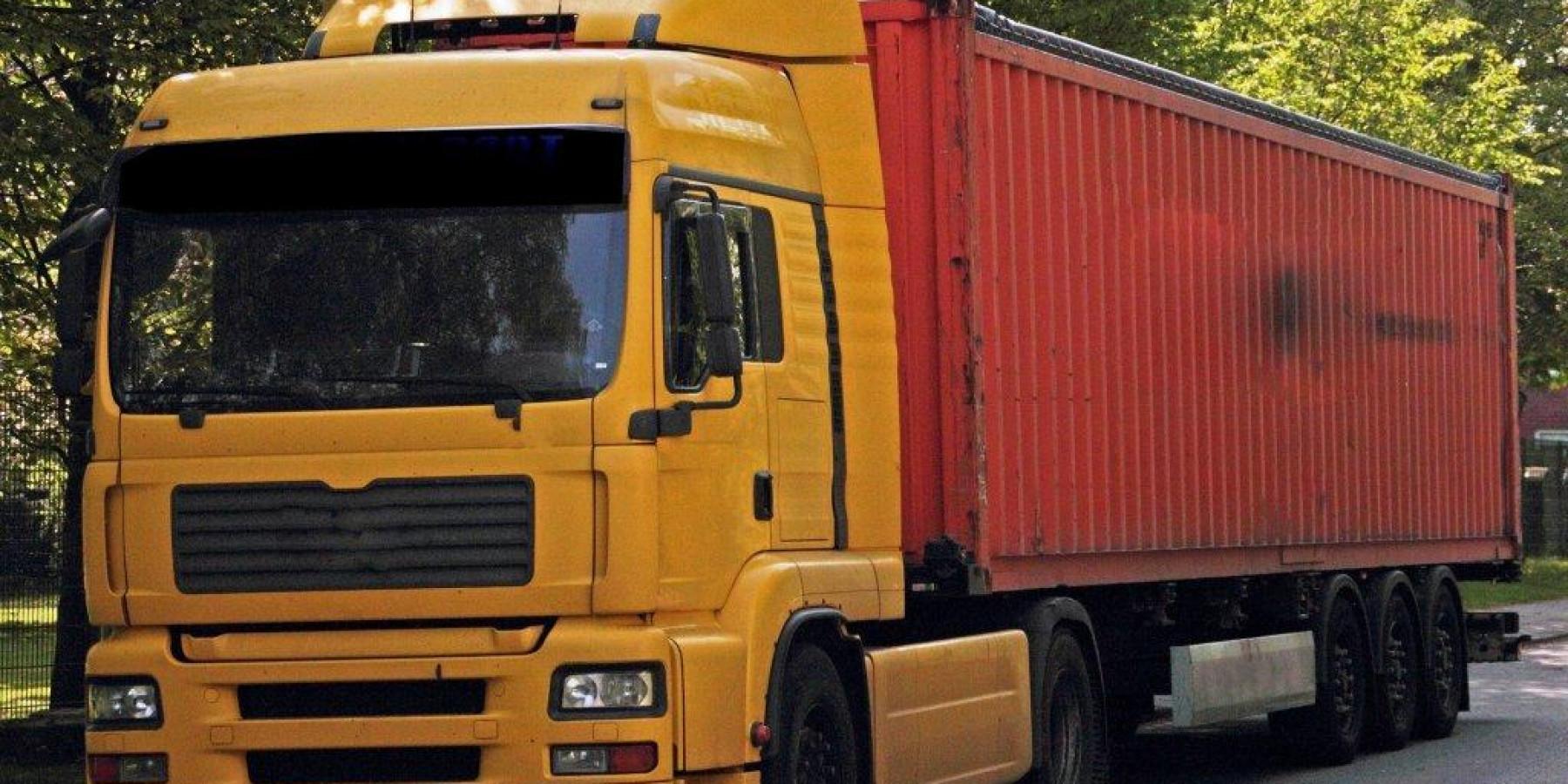 Sattelzug mit Mängeln an Bremsen, Reifen und Ladung gestoppt