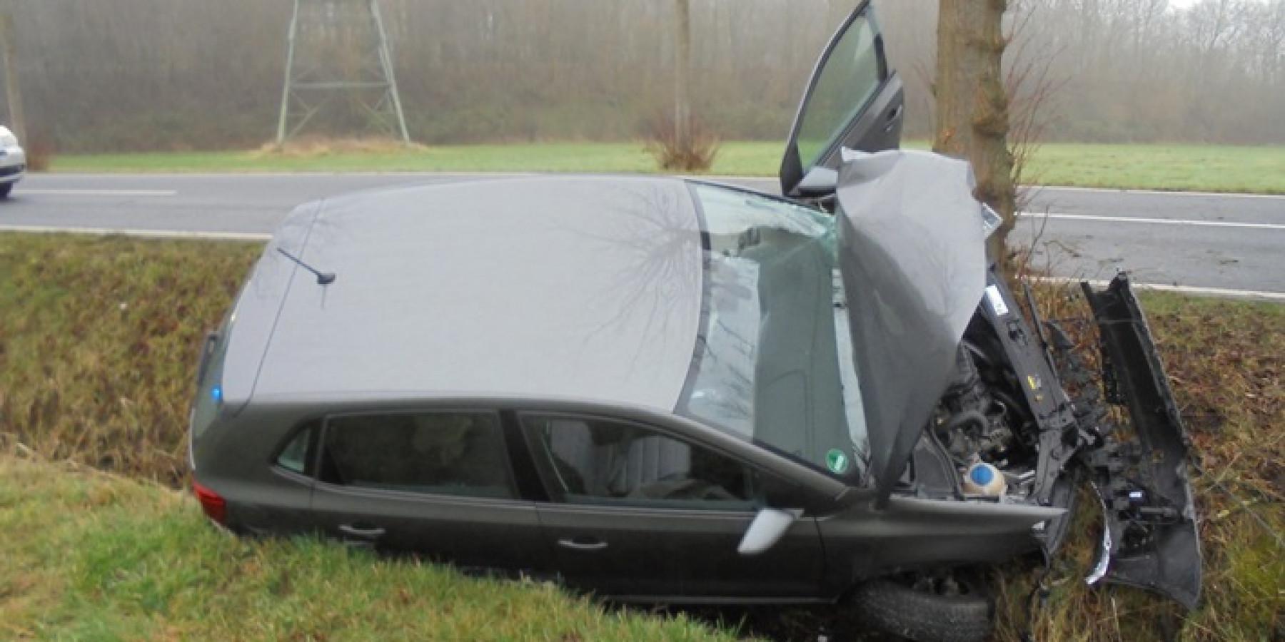 Auto prallt vor Baum – 87-Jähriger schwer verletzt