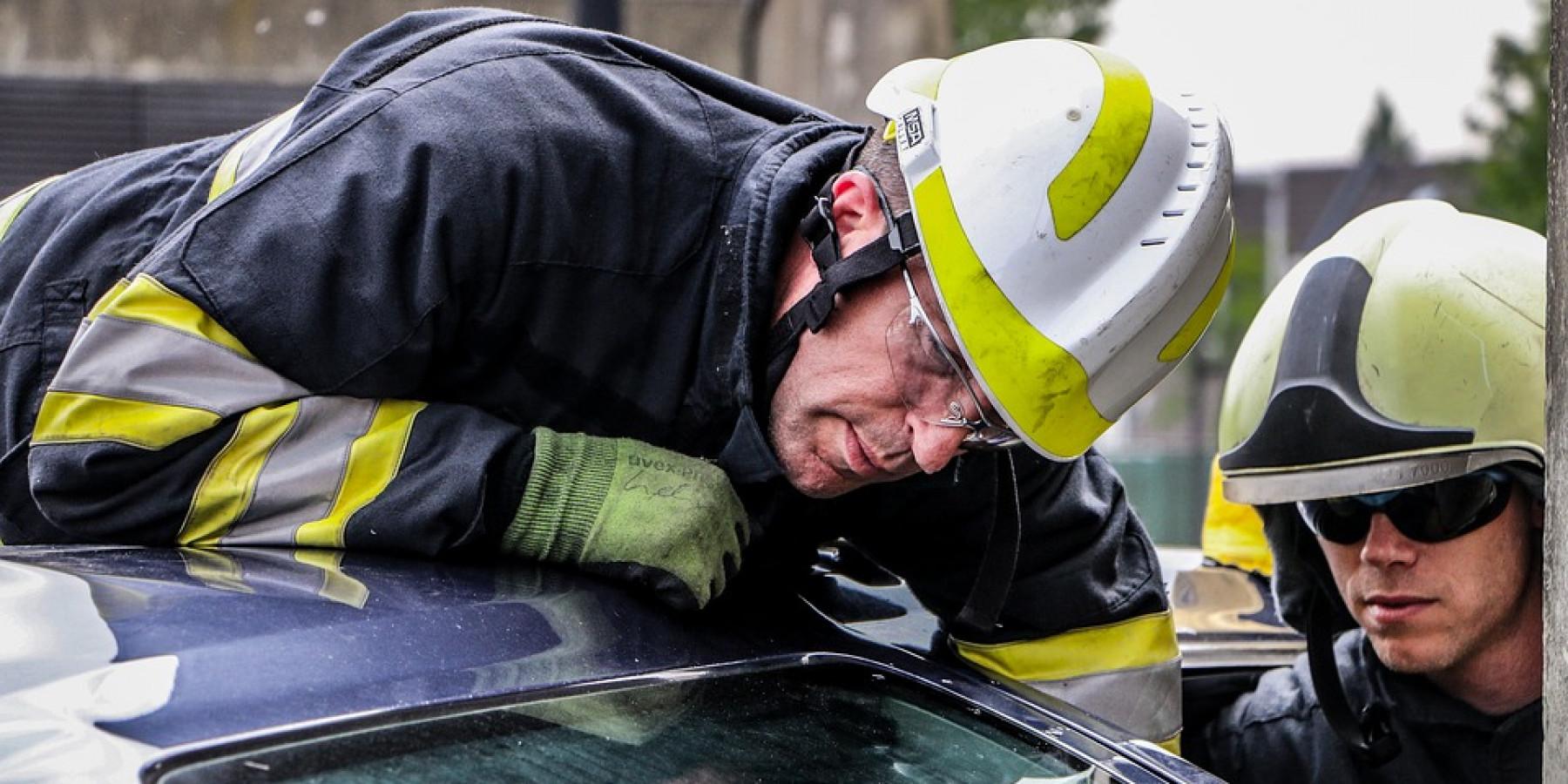 """Feuerwehrmann """"erschlägt"""" nervtötenden Wecker mit einer Axt"""