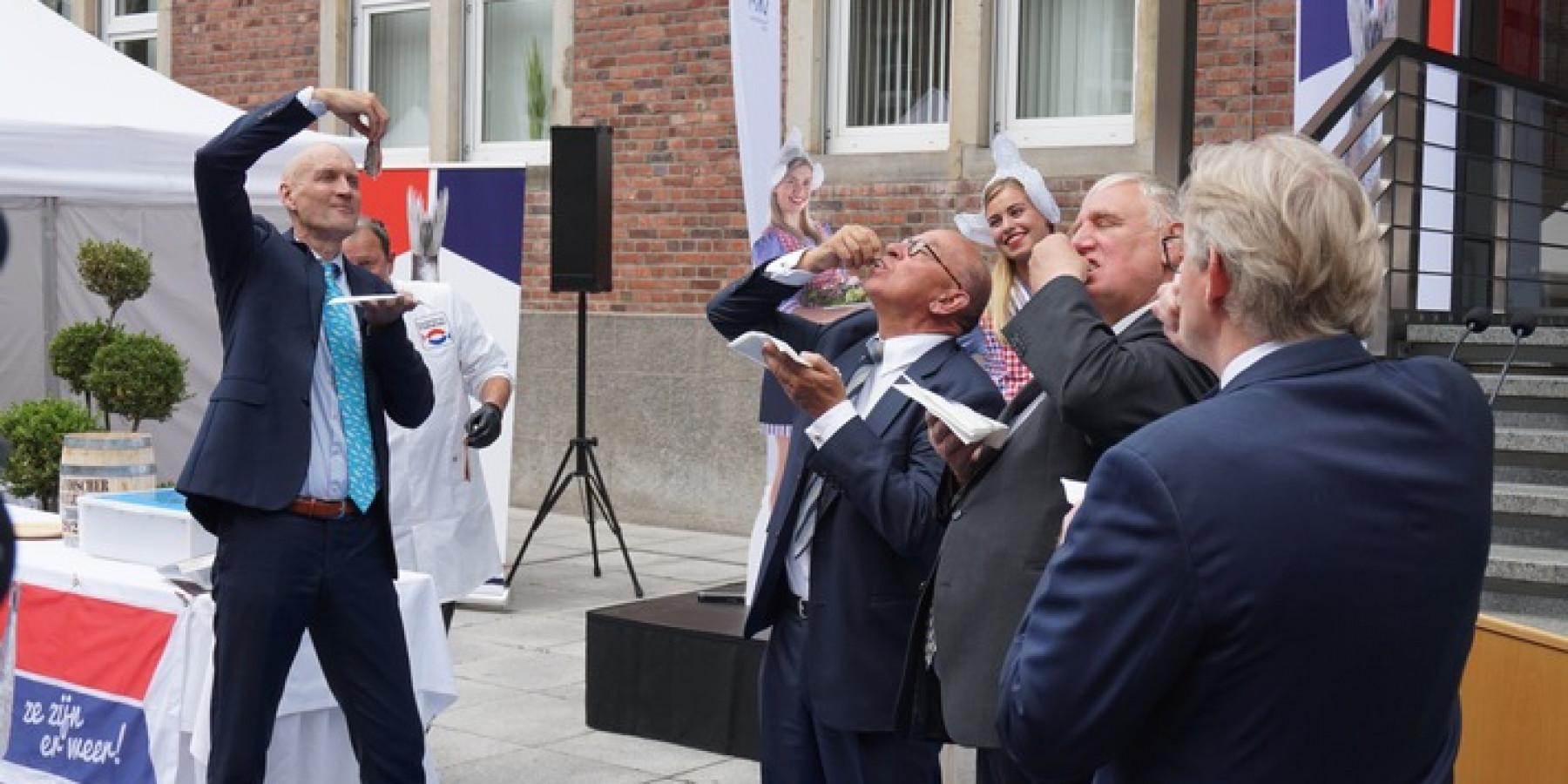 Niederländischer Minister überreicht deutschem Gesundheitswesen symbolisches Matjesfass