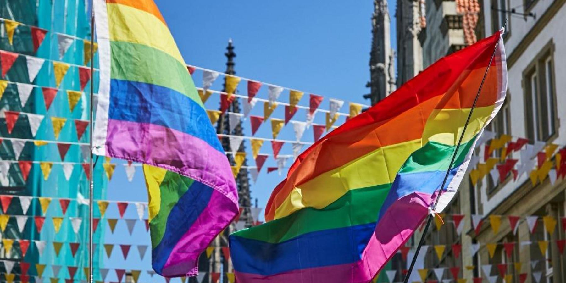 Regenbogenfarben wehen über Prinzipalmarkt