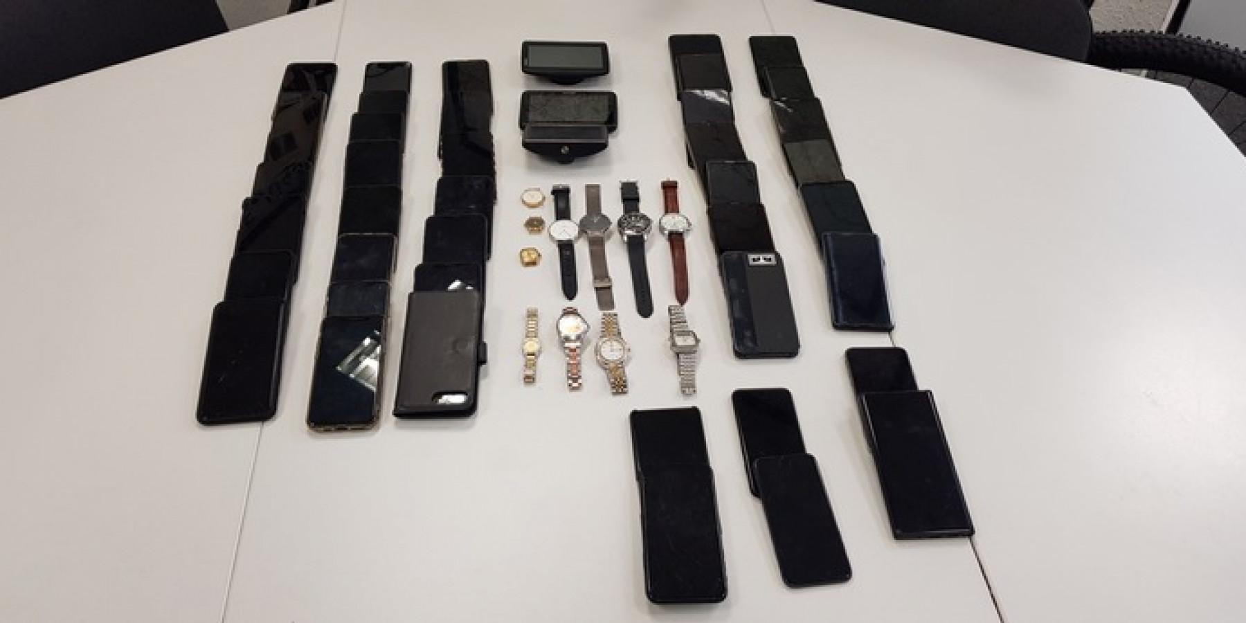Polizisten finden in Kleintransporter 15 gestohlene Mobiltelefone